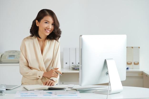 Elegante asiatische frau im büro Kostenlose Fotos