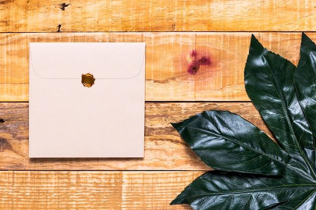 Elegante einladung auf hölzernen hintergrund Kostenlose Fotos