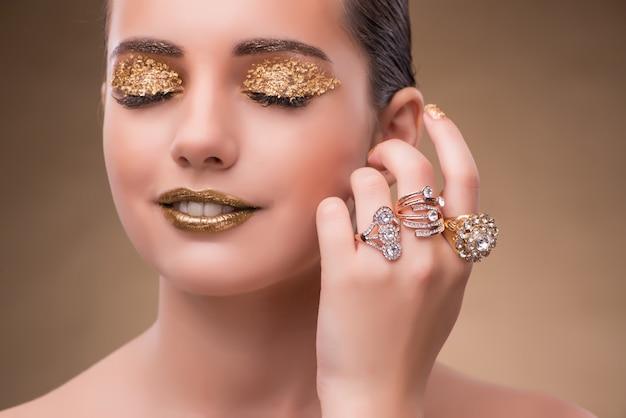 Elegante frau mit konzept des schmucks in mode Premium Fotos