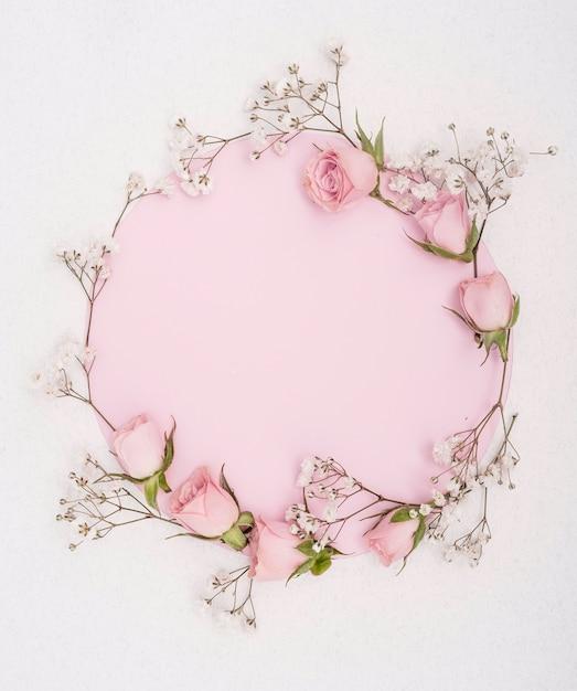 Elegante frühlingsrosa rosen und weißer blumenrahmen Kostenlose Fotos