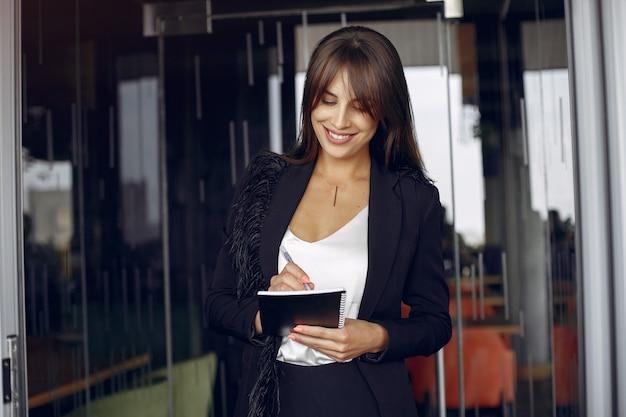 Elegante geschäftsfrau, die in einem büro arbeitet Kostenlose Fotos