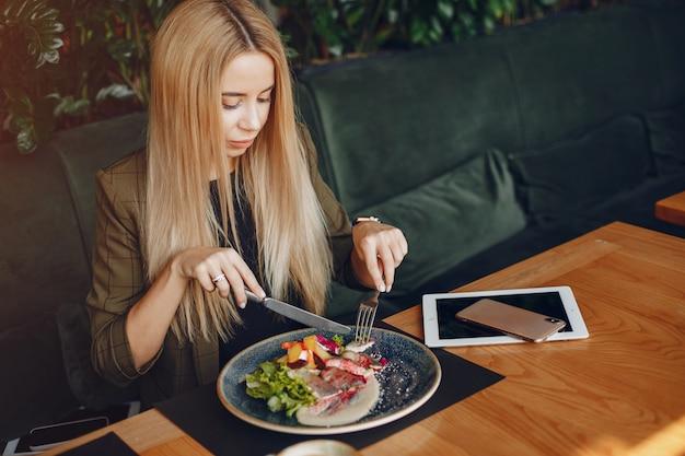 Elegante geschäftsfrau, die in einem café sitzt Kostenlose Fotos