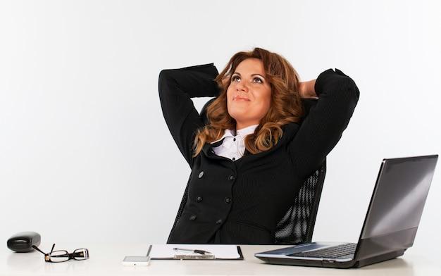 Elegante geschäftsfrau im büro Kostenlose Fotos