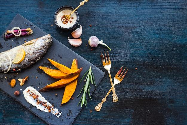 Elegante gesunde lebensmittelzusammensetzung mit fischen Kostenlose Fotos