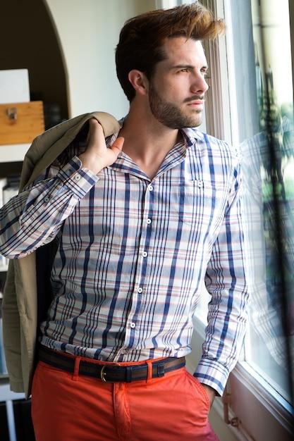 Elegante junge hübsche mann. Kostenlose Fotos