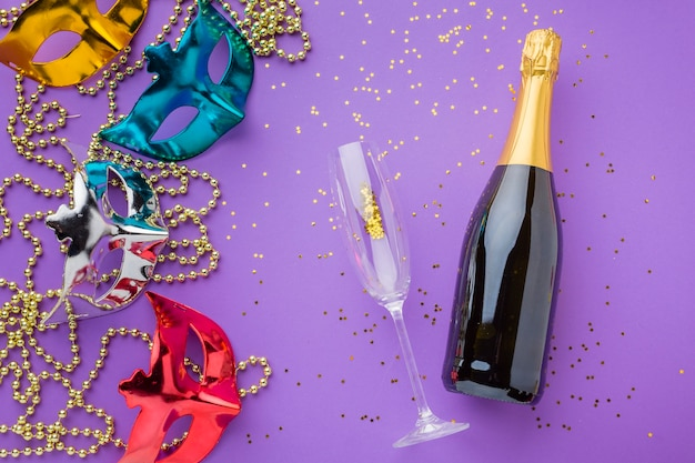 Elegante karnevalsmasken mit sektflasche Kostenlose Fotos