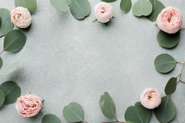 Elegante konzeptblätter und rosen gestalten mit kopienraum Kostenlose Fotos