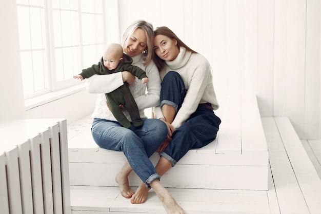 Elegante oma zu hause mit tochter und enkelin | Kostenlose