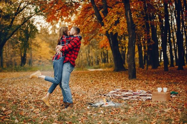 Elegante paare verbringen zeit in einem herbstpark Kostenlose Fotos