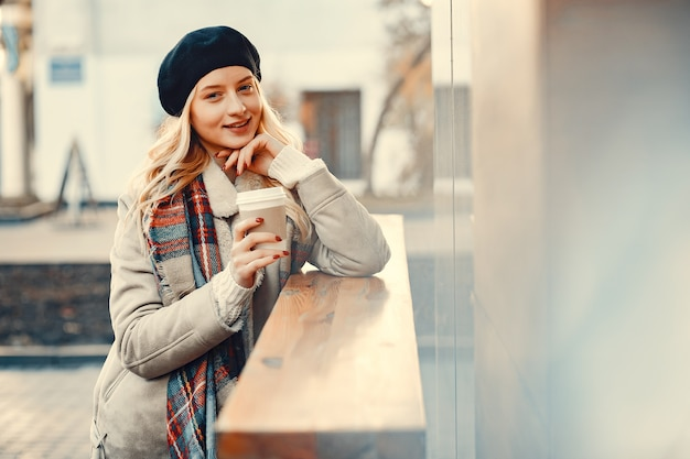Elegante süße blondine in einer herbststadt Kostenlose Fotos