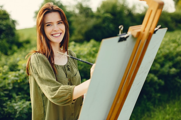 Elegante und schöne mädchenmalerei auf einem gebiet Kostenlose Fotos