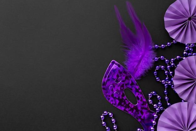 Elegante violette maske und dekorationen auf dunklem hintergrund Premium Fotos