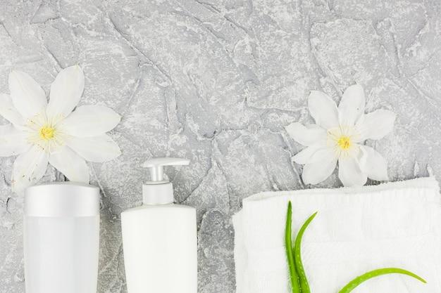 Elegante weiße blumen und flaschen mit aloe Kostenlose Fotos