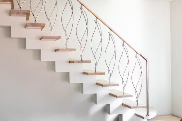 Elegante, zeitgemäß gestaltete treppen in einem weißen, modernen raum eines luxusapartments. Premium Fotos