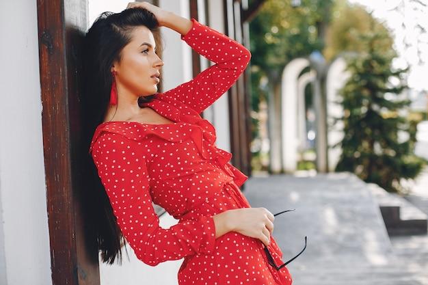 Eleganter brunette in einer sommerstadt Kostenlose Fotos