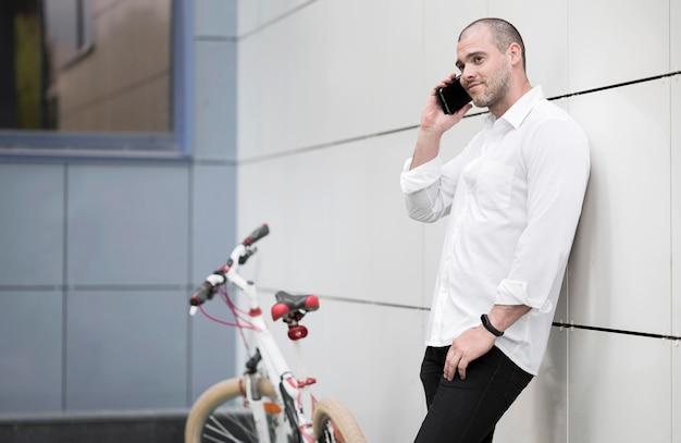 Eleganter erwachsener mann, der am telefon spricht Kostenlose Fotos
