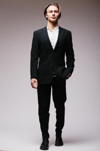 Eleganter geschäftsmann im anzug lokalisiert auf einer weißen wand Kostenlose Fotos