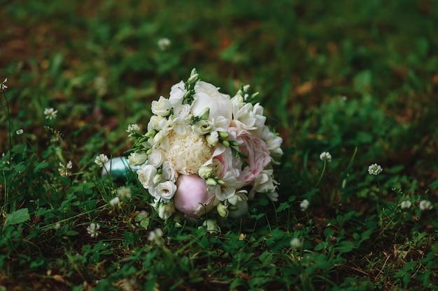 Eleganter hochzeitsstrauß aus weißen und rosa pfingstrosen und rosen Premium Fotos