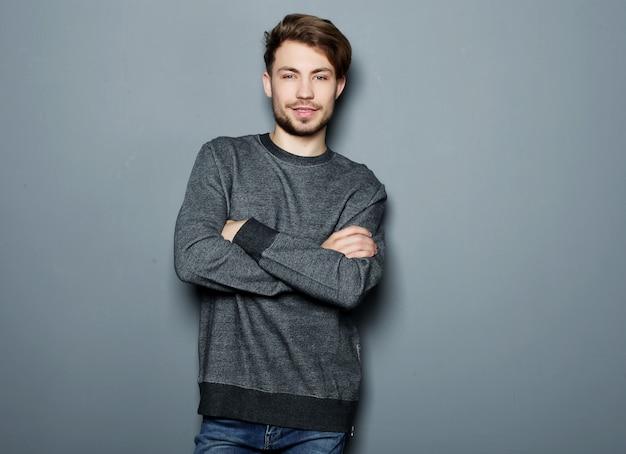 Eleganter junger gutaussehender mann. Premium Fotos