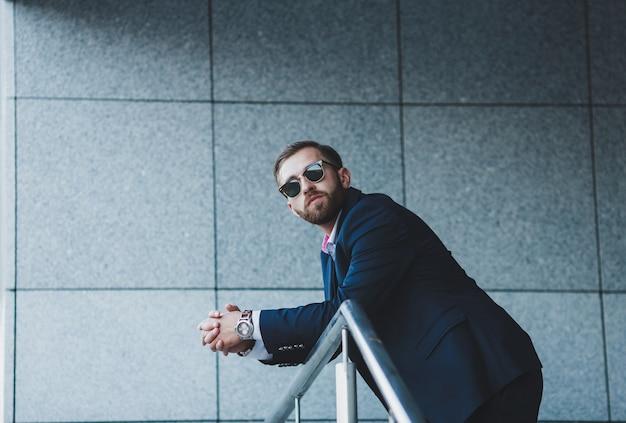 Eleganter junger gutaussehender mann Premium Fotos