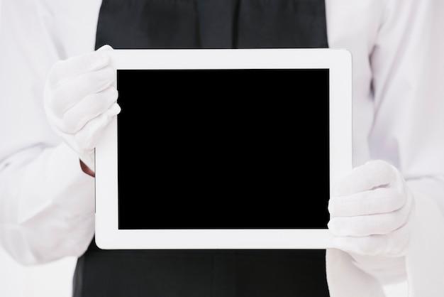 Eleganter kellner, der tablettenmodell hält Kostenlose Fotos