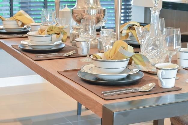 Eleganter tisch im modernen esszimmer interieur Premium Fotos