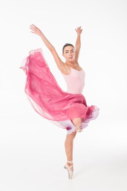 Elegantes ballerinatanzen auf spitzenschuhen gegen weißen hintergrund Kostenlose Fotos