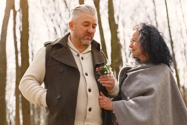 Elegantes erwachsenes paar in einem frühlingswald Kostenlose Fotos