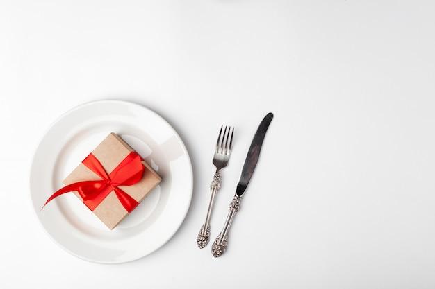 Elegantes gedeck und geschenk Premium Fotos