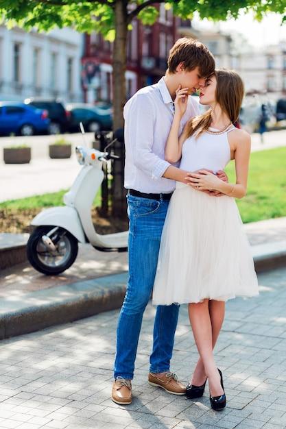 Elegantes junges paar in der liebe umarmt, geht in der alten europäischen stadt Kostenlose Fotos