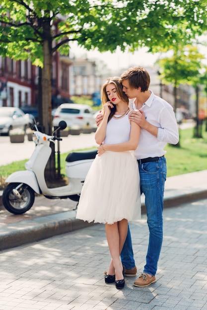 Elegantes junges paar verliebt umarmt Kostenlose Fotos