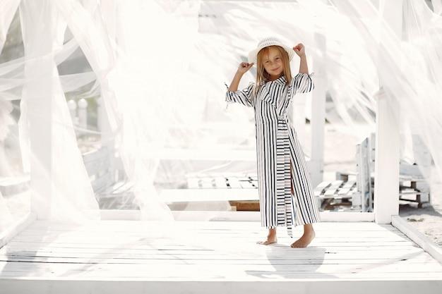 Elegantes kleines mädchen auf einer sommerküste Kostenlose Fotos