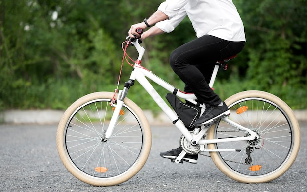 Elegantes männliches fahrrad im freien Kostenlose Fotos