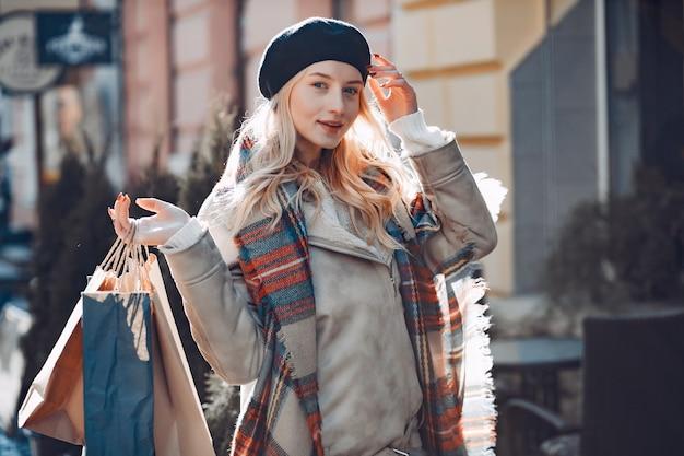 Elegantes nettes blondes gehen in eine stadt Kostenlose Fotos