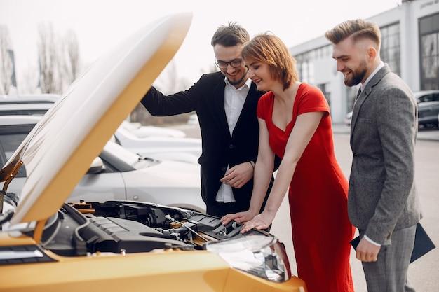 Elegantes paar in einem autosalon Kostenlose Fotos