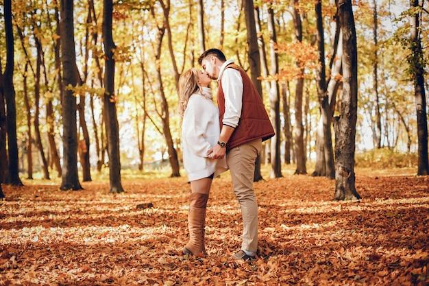 Elegantes paar in einem sonnigen herbstpark Kostenlose Fotos