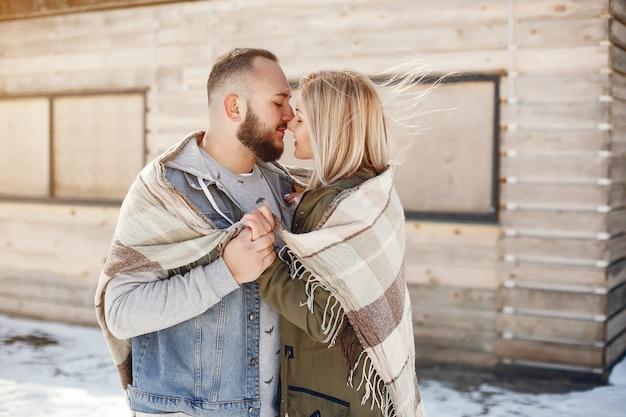 Elegantes paar in einem winterpark Kostenlose Fotos