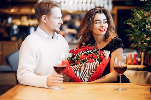 Elegantes paar verbringen zeit in einem restaurant Kostenlose Fotos