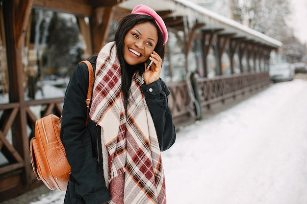 Elegantes schwarzes mädchen in einer winterstadt Kostenlose Fotos