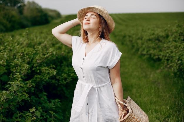Elegantes und stilvolles mädchen auf einem sommergebiet Kostenlose Fotos