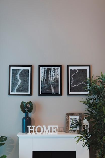 Elegantes wohnzimmer der vorderansicht mit kamin Kostenlose Fotos