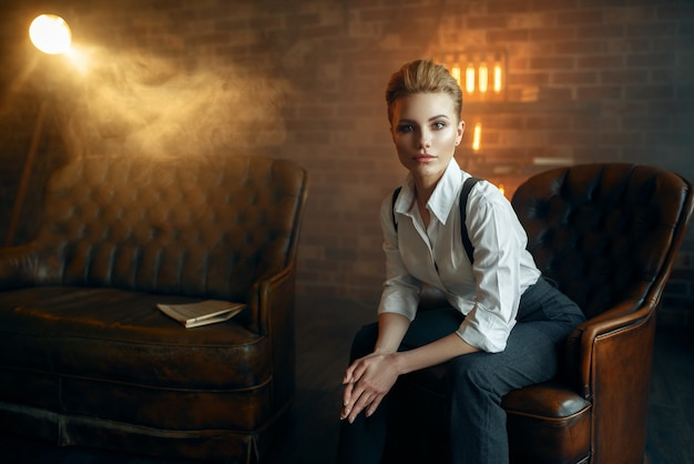 Eleganzfrau in strengen kleidern, gangsterart Premium Fotos