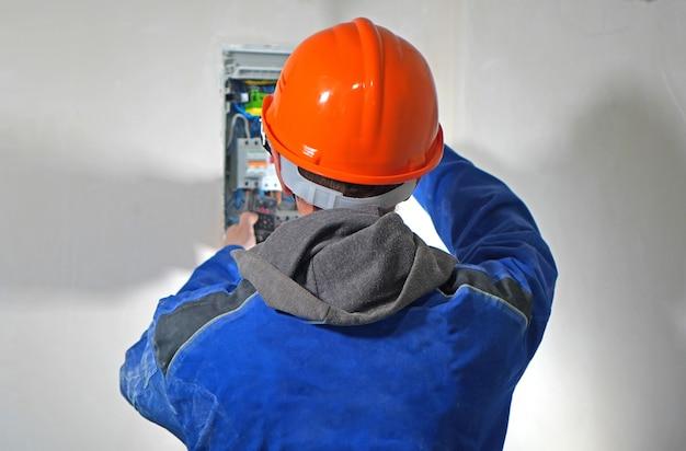 Elektriker arbeitet mit der elektrischen abschirmung Premium Fotos