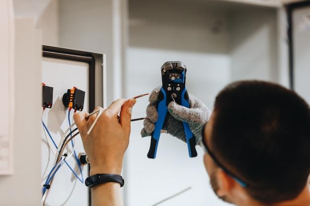 Elektriker, der an elektrischem panel arbeitet Premium Fotos