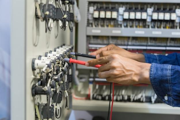 Elektriker-tester zur messung von spannung und strom in der schaltschranksteuerung Premium Fotos