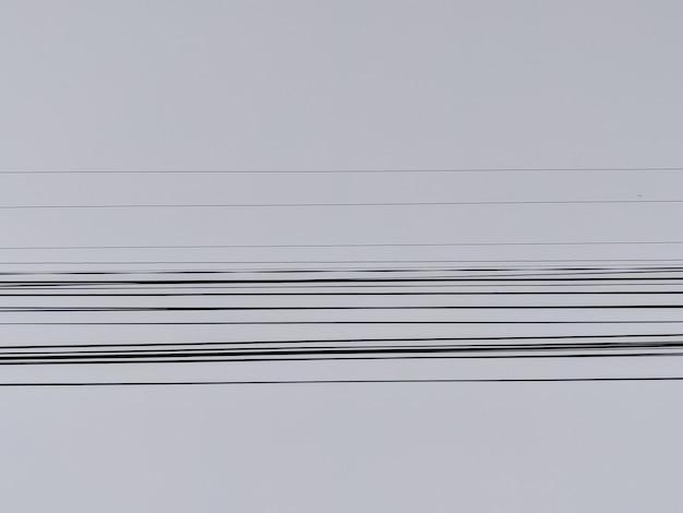 Elektrische drähte mit dem blauen himmel im hintergrund Kostenlose Fotos