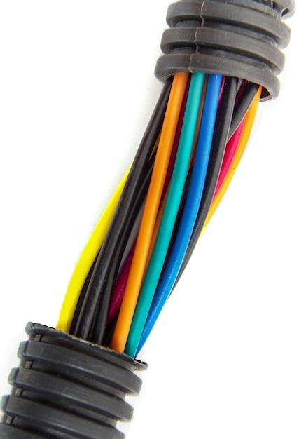 Elektrische drähte verschiedener farben auf weißem hintergrund Premium Fotos