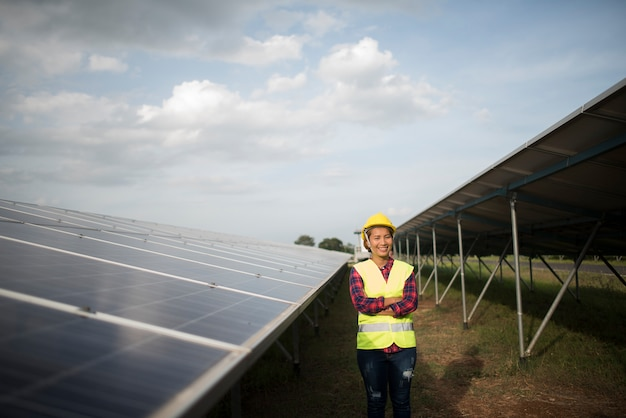 Elektrische frau des ingenieurs, die solarzellen überprüft und wartet. Kostenlose Fotos