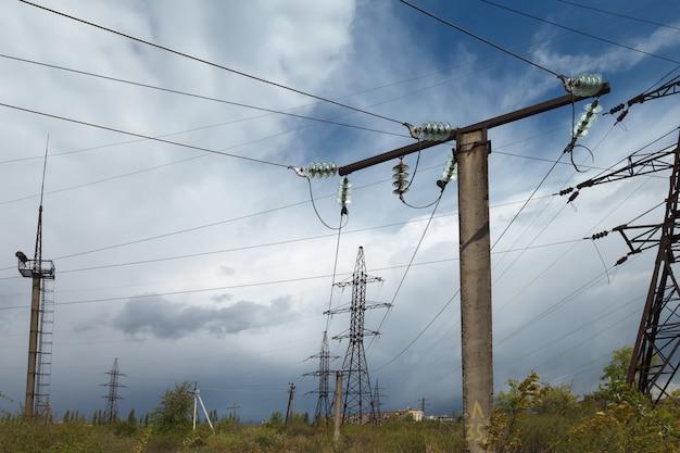 Elektrische hochspannungsübertragungsleitungen. Premium Fotos