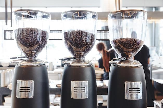 Elektrische kaffeemühle-bohnen-schleifmaschine-kaffeemühle Premium Fotos
